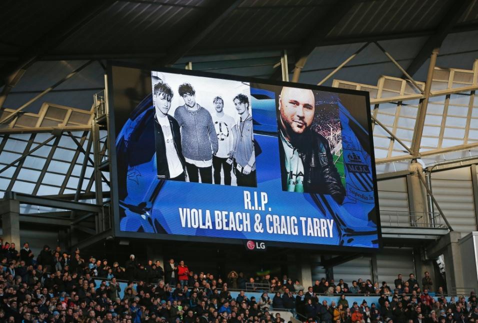 14.fev.2016 - Torcedores do Manchester City, os quatro músicos e o empresário foram homenageados pelo clube na partida contra o Tottenhan, no mermo dia do acidente