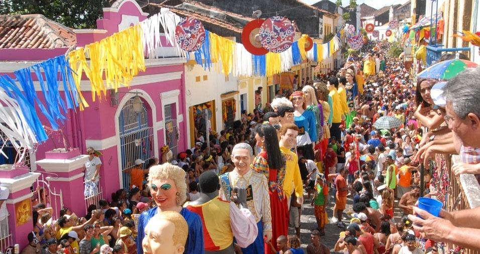 24. Não é só no Carnaval da Bahia que as ruas ficam lotadas por foliões. Em Olinda, além dos bonecos gigantes, pessoas lotam as ruas para comemorar o Carnaval