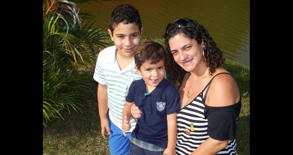 Janiely, de Cordeiro (RJ), com os filhos Talles e Victor Junior