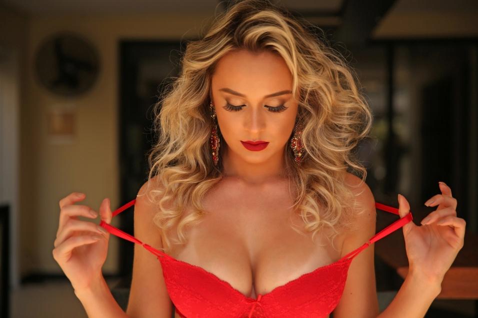 """26.jul.2017 - Com 23 anos, Mary Silva posou para as lentes do site """"Diamond Brazil"""". A modelo não se intimidou com a sessão de fotos e espera que o ensaio mude a sua carreira. """"Já fiz alguns ensaios sensuais mas nunca tão elegante e ousado como esse, e pra mim foi uma experiência extraordinária"""", contou Mary"""