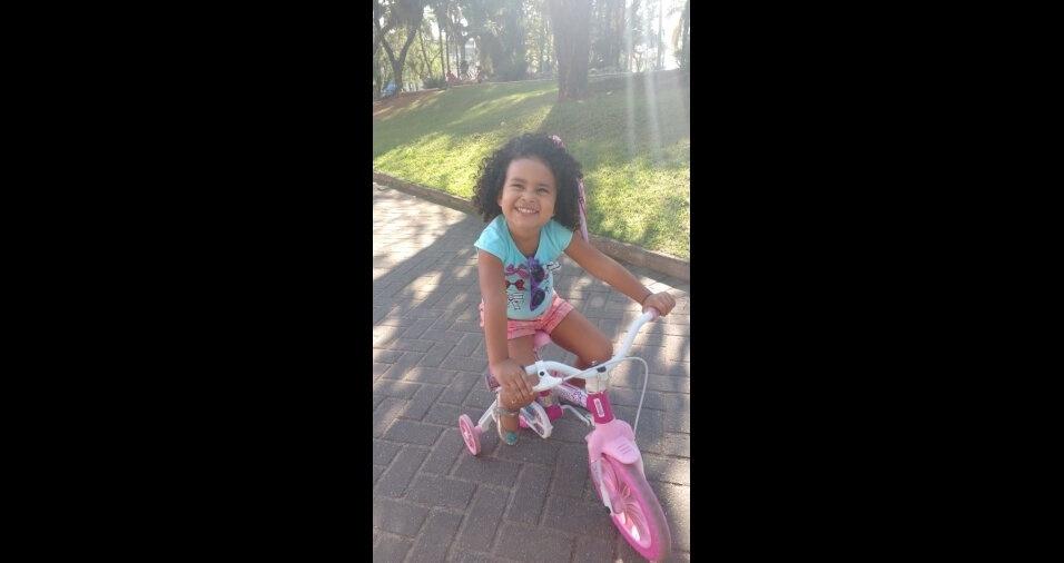 """Essa é a Lavínia, filha da Adriana Flávia Prado de Oliveira e do Elias, de Ubatuba (SP): """"Ela adora andar de bicicleta!"""""""