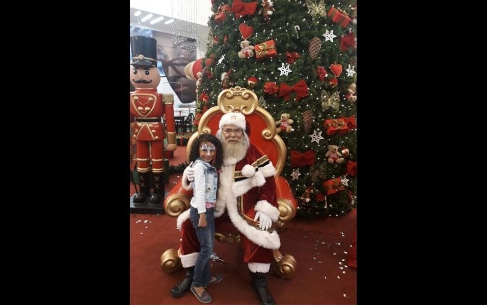Claudionei Pires envia foto da filha, Milena Pires, curtindo a decoração de Natal do Shopping Garden Lages, em Lages (SC)