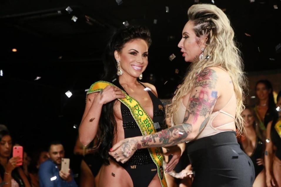 A campeã Bianca, representando o Mato Grosso, recebe a faixa das mãos de Sabrina Boing Boing