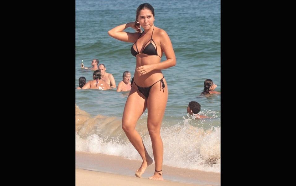 6.fev.2017 - Com um biquíni preto, Carol Portaluppi exibe suas belas curvas