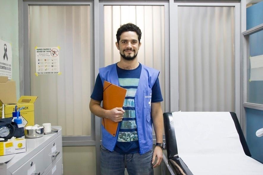 """25.ago.2016 - Vinícius de Oliveira interpreta o agente comunitário Malaquias no seriado """"Unidade Básica"""", do canal Universal"""