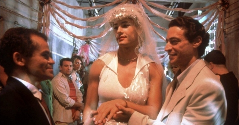 """Os atores Gero Camilo (Sem Chance), Rodrigo Santoro (Lady Di) e Luiz Carlos Vasconcelos (Dr. Drauzio Varella) em cena de """"Carandiru"""" (2003)"""