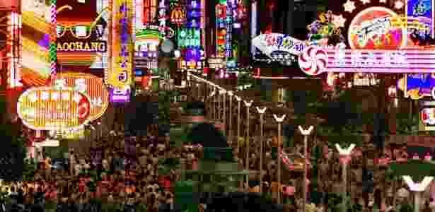 19. Multidão de compradores sob as luzes de neon coloridas ao longo da movimentada Nanjing Road, em Xangai - Reprodução/Business Insider - Reprodução/Business Insider
