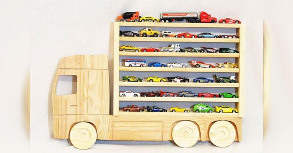 8. Prateleira para a coleção de carrinhos no formato de um caminhão de madeira