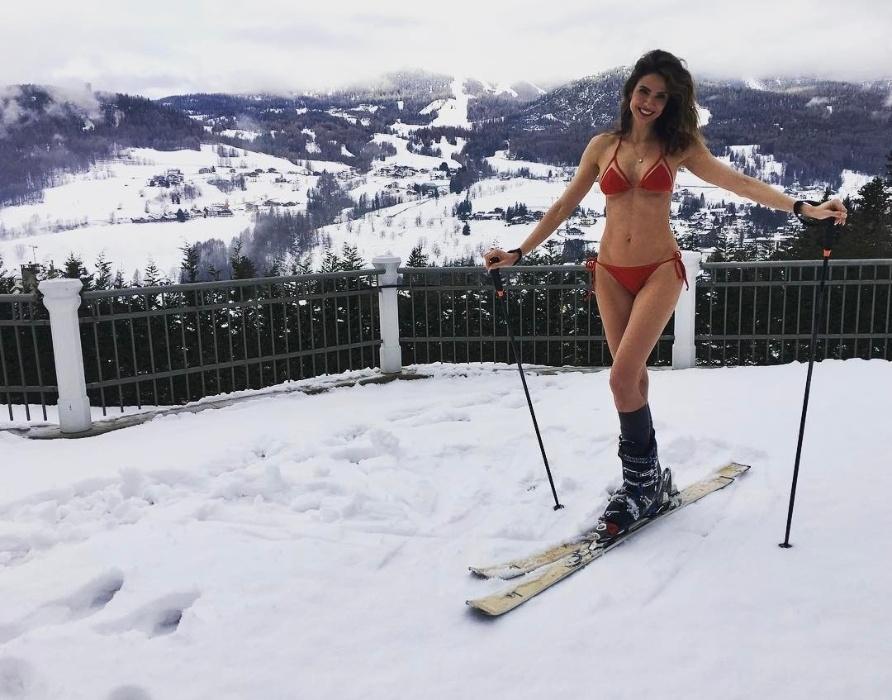 """11.jan.2017 - Enquanto alguns brasileiros reclamam do calor, Luciana Gimenez tira férias nas estações de esqui de Aspen, nos Estados Unidos. Em seu Instagram, a apresentadora publicou uma foto de biquíni em plena neve, sob uma temperatura abaixo de zero. """"Olha o visual! bora esquiar!"""", escreveu na rede social"""