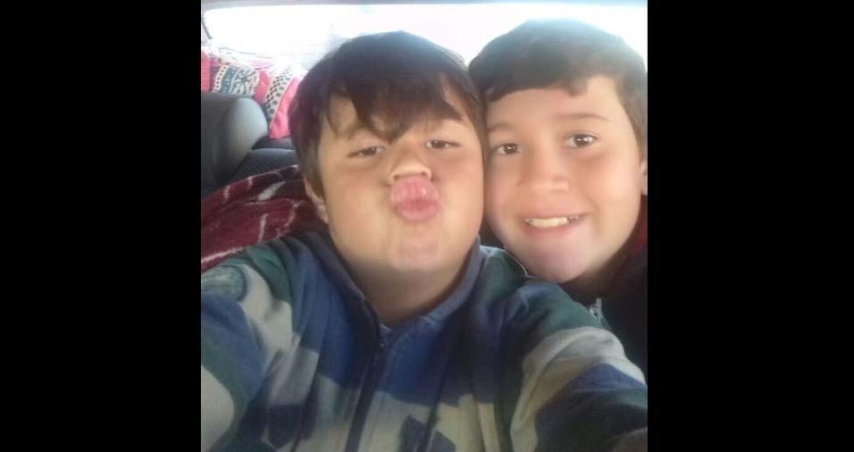 Murilo, oito anos, e Leandro, 13 anos, são os filhos do Sidney Lelis, de Marília (SP)