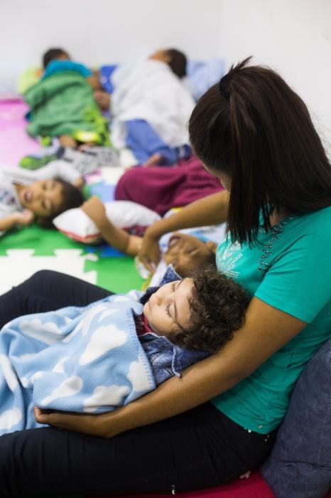 Germana Soares - UMA -  Crianças descansam com cuidadoras enquanto as mães acompanham seminário sobre os impactos sociais do zika vírus