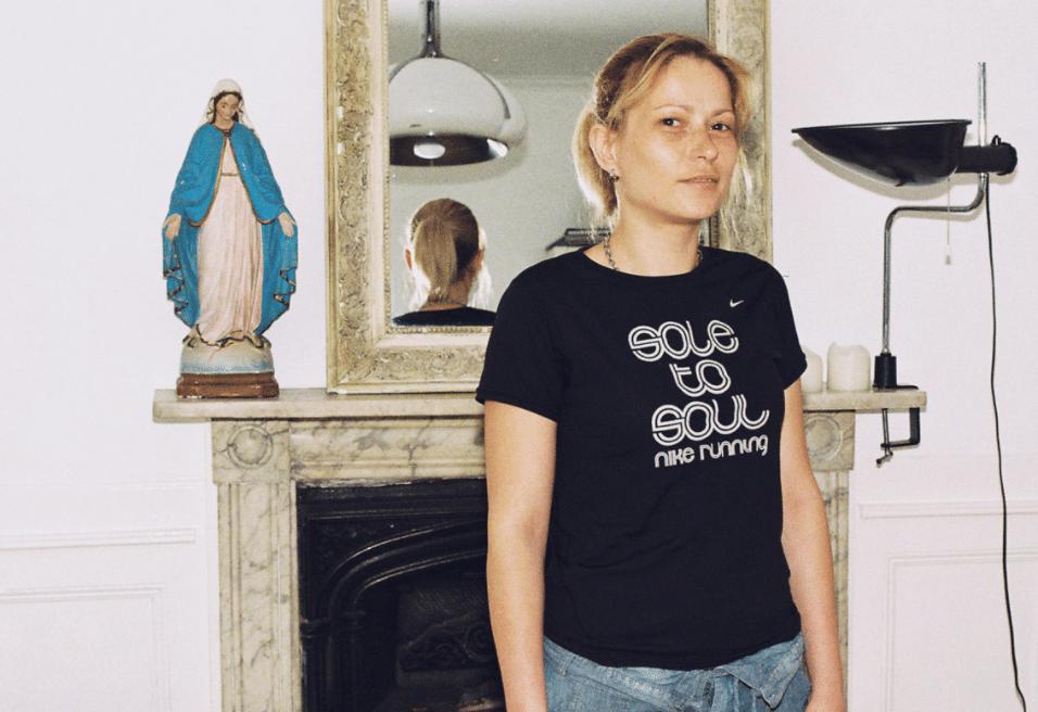 """1.nov.2015 - A francesa Sophie Ebrard, conhecida pela criatividade em suas fotografias, realizou uma sessão um tanto quanto inusitada. No trabalho denominado """"Bra Project"""" (Projeto Sutiã, em português), ela clicou mulheres de diferentes idades tirando a blusa e mostrando seus sutiãs. Sem produções especiais, estúdios e roupas sensuais, Sophie fotografou as mulheres de uma maneira espontânea, valorizando a beleza feminina natural. O resultado foi incrível e mostrou que, sem esforço e vulgaridade, muitas mulheres conseguem exalar sensualidade e delicadeza"""