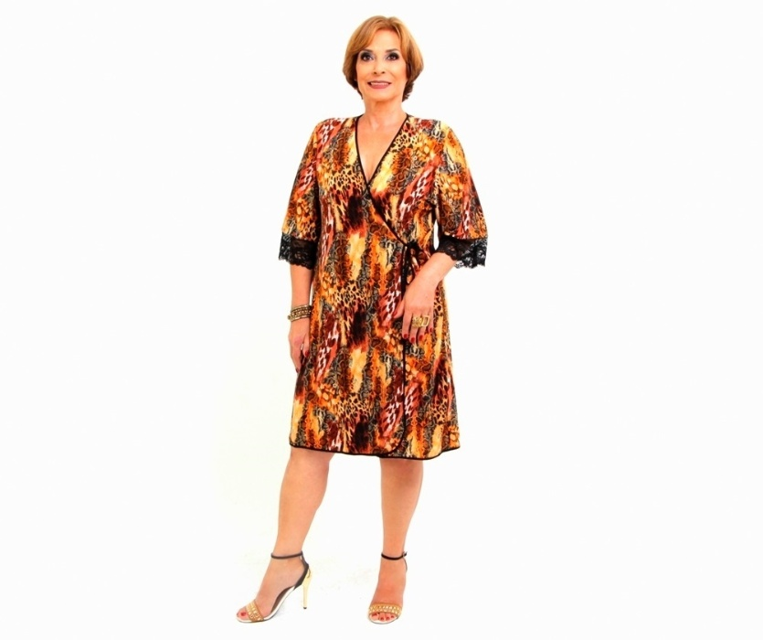 8.abr.2016 ? Selma aparece com um robe curto de animal print em fotos para ensaio de mulheres da terceira idade