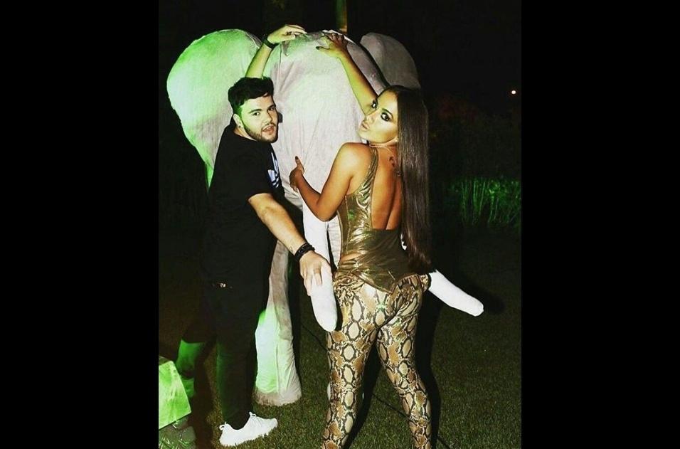 """30.mar.2017 - """"Começamos"""", escreveu o blogueiro Nana Rude (esq.) ao lado da cantora e elefante decorativo na festa de 24 anos de Anitta"""