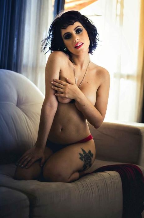 30.abr.2018 - Larissa Maxine mostra todo o seu sex appeal em ensaio nu para a revista Sexy