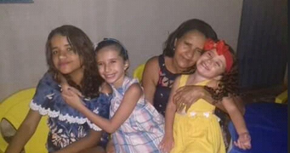 Vovó coruja, Maria Cândida de Oliveira posa com as netas Angélica, Ângela e Gabrielly, de Crato (CE)