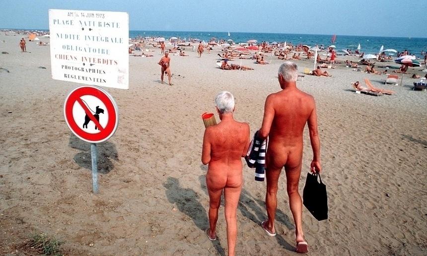 27.ago.2015 - Praia naturista de Cap d'Agde, na França, tem mais de 3 km e não aceita animais. Por lá, todos ficam nus, e até mesmo fazer sexo é liberado