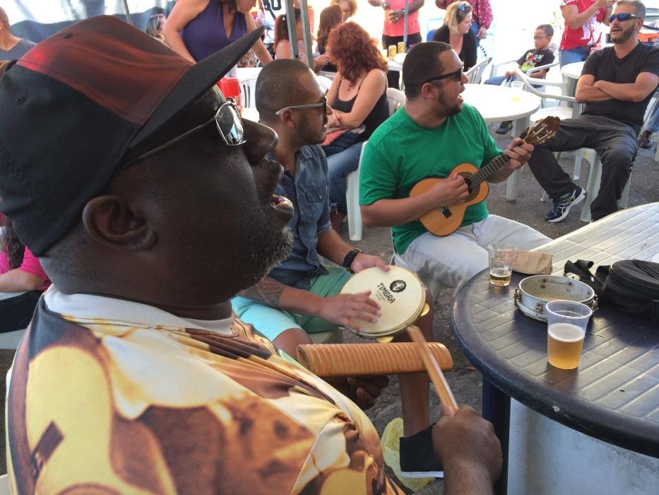 20.mai.2016 - Samba na feira. Integrantes do Samba na Feira tocam composições próprias e sambas consagrados todo terceiro domingo do mês no Jardim Primavera, na zona norte de São Paulo