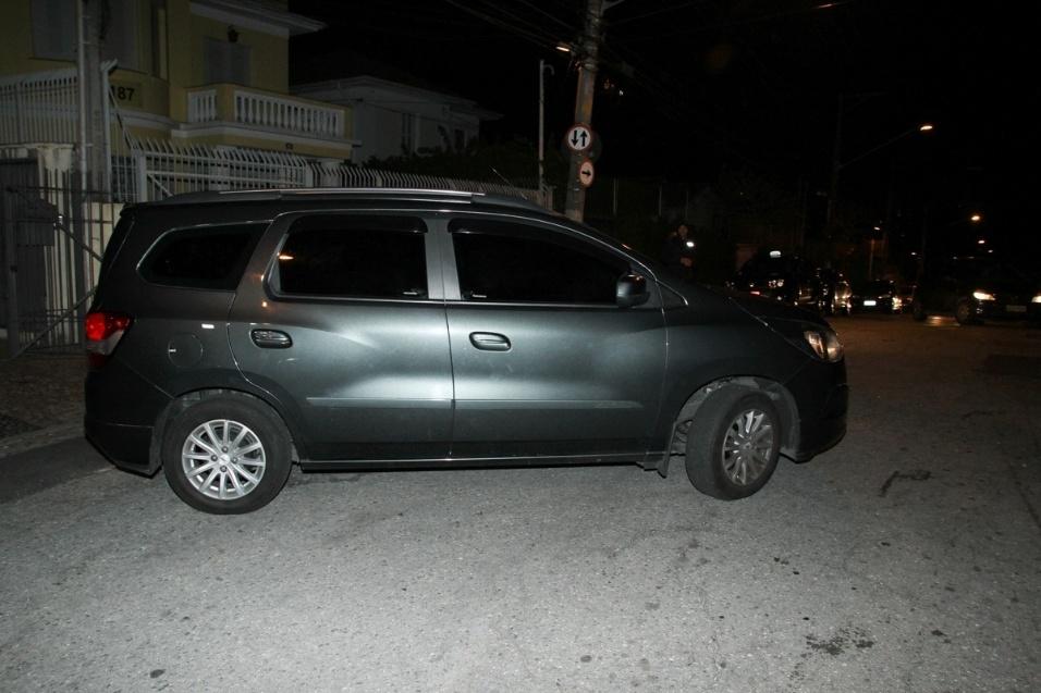 21.set.2016 - Esposa de Domingos Montagner, Luciana Lima, sai de carro após a missa de sétimo dia do marido, realizada na Igreja Nossa Senhora do Carmo da Aclimação, em São Paulo