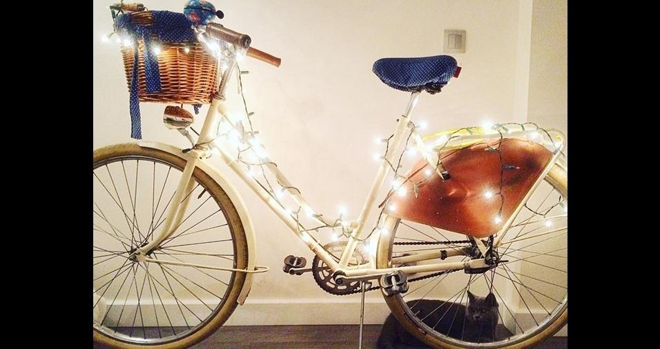 16. As fitas e cordões de LED são comercializados em lojas especializadas para bicicletas e em lojas virtuais. Algumas são alimentadas por pilhas, e outras por bateria carregada mecanicamente ao pedalar