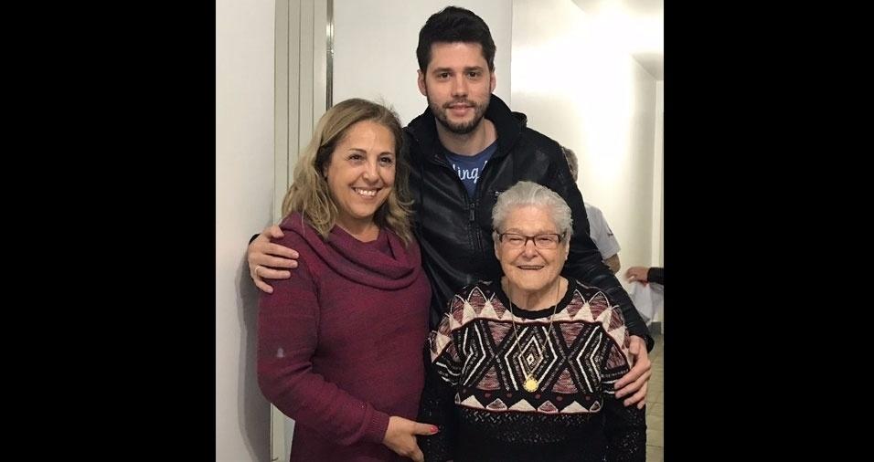 Três gerações: Zulmira, com o filho Fernando e a mãe dona Maria, de 92 anos. Eles moram em São Paulo (SP)