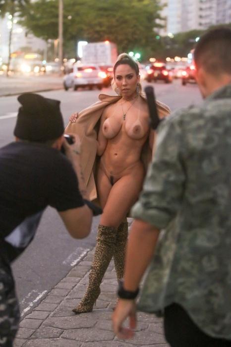 Que ensaio! Mulher Melão mostra tudo no calçadão de Copacabana, no Rio
