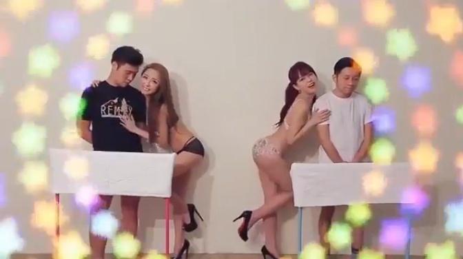 8.jul.2015 - De calcinha e sutiã, as apresentadoras do canal adulto BS Sky Cable, da TV japonesa, se preparam para começar a competiçção de masturbação ao vivo
