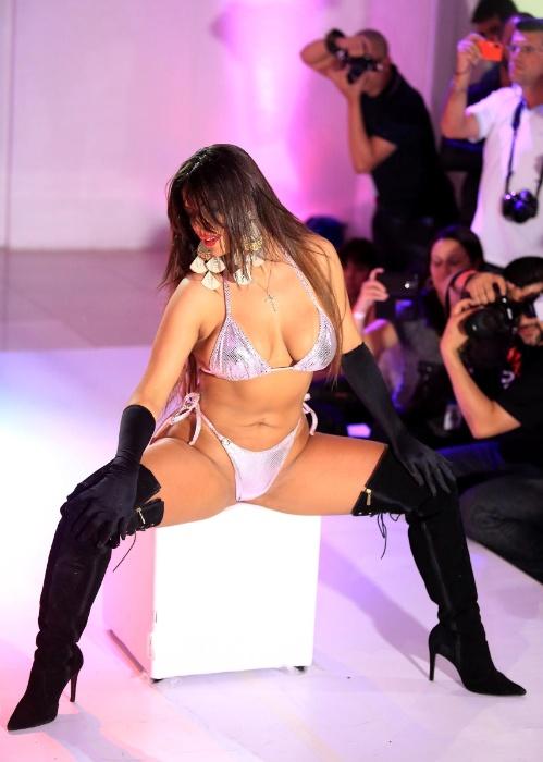 9.nov.2015 - Suzy Cortez abusa da sensualidade durante apresentação na final do Miss Bumbum 2015