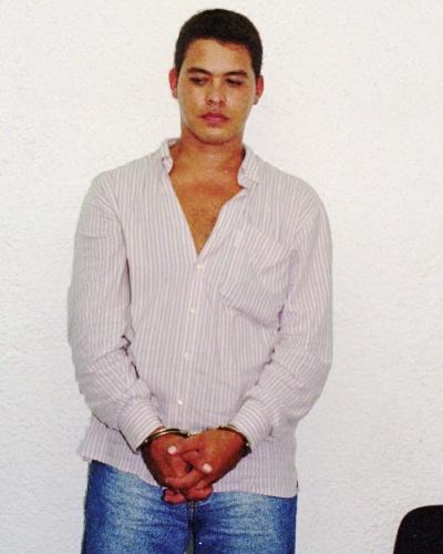 Líder do Terceiro Comando na década de 90, Ernaldo Pinto de Medeiros, o Uê, era considerado o segundo traficante mais poderoso do Rio de Janeiro, atrás apenas de Orlando Jogador, do Comando Vermelho. Após tramar a morte do rival e de importantes gerentes do CV, em 1994, Uê se tornou o chefão do Complexo do Alemão, controlando os pontos de vendas de droga na região. Em 1996 (foto), Uê fundou outra facção criminosa, a Amigos dos Amigos (ADA), que viria a se tornar a maior rival do CV e, por tabela, selar o destino macabro do traficante, queimado vivo durante uma rebelião comandada por Fernandinho Beira-Mar no presídio Bangu 1