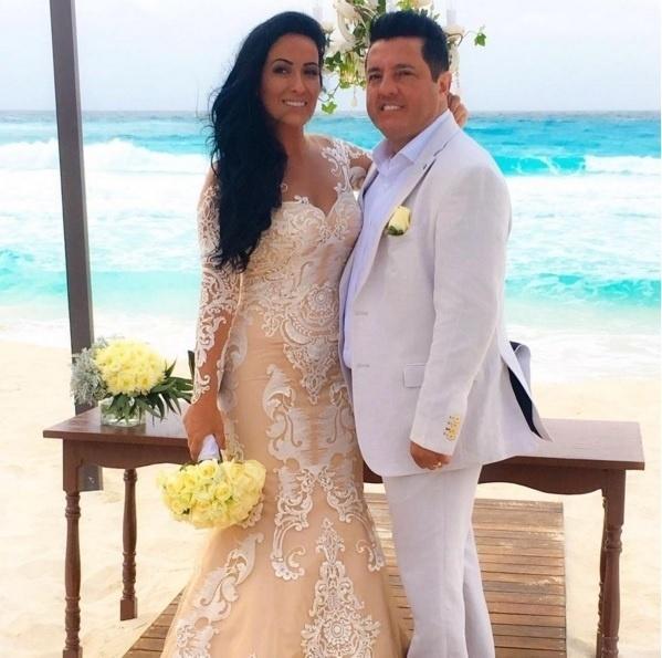 16.fev.2016 - O sertanejo Bruno, da dupla com Marrone, renovou os votos de seu casamento com sua mulher, Marianne Rabelo. A cerimônia aconteceu na segunda-feira (15), em um clube em Cancún, no México. Os dois são casados há 20 anos. Veja mais fotos da comemoração a seguir