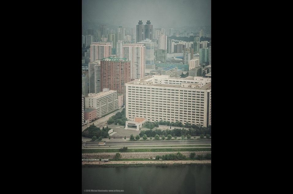 """43. """"Uma das pessoas que faziam parte do meu grupo contou a história de sua visita à Albânia, quando ainda era um país comunista. Assim que eles chegaram no hotel, seu guia disse: """"Agora vamos levar seus passaportes. Como você estará sem passaporte, não terá permissão para andar sozinho, já que se você for ferido em um acidente de carro, a equipe do hospital não vai saber quem você é"""".  No hotel, nosso guia norte-coreano disse: """"Como você está sem passaporte, não terá permissão para andar sozinho, já que se você for  ferido em um acidente de carro, a equipe do hospital não vai saber quem você é"""""""