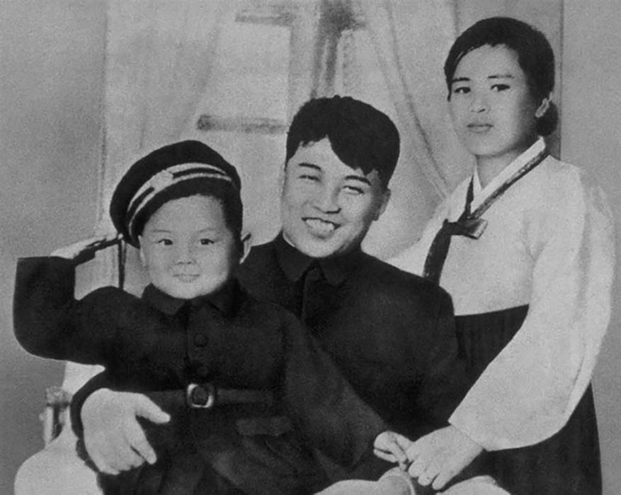 Kim Jong Il com sua mãe e seu pai, Kim Il Sung, em 1945