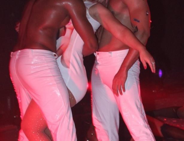 12.set.2015 - Para completar a noite, Valesca Popozuda abusou da sensualidade ao dançar com seus dois dançarinos e chegou a simular estar fazendo sexo sobre o palco do Barra Music, na Barra da Tijuca, no Rio de Janeiro