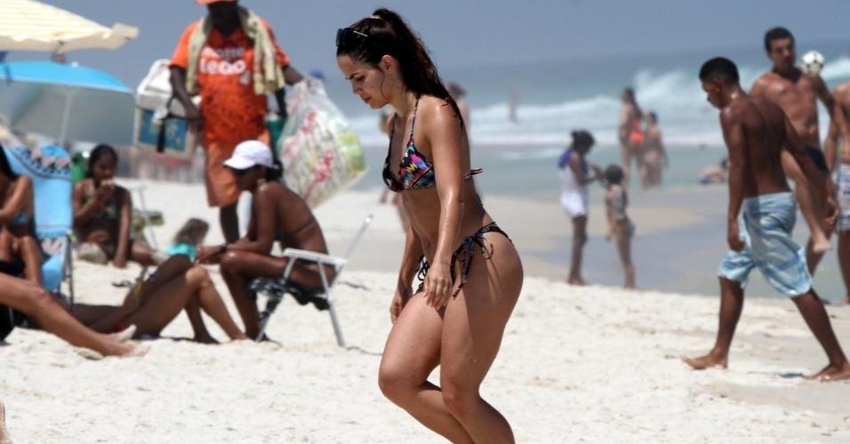 15.out.2015 - A atriz Pérola Faria curte o mar na Barra da Tijuca, zona oeste do Rio de Janeiro