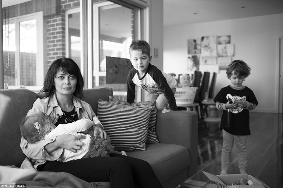 17.nov.2015 - Com três filhos, mulher mostra a sua realidade na hora de amamentar