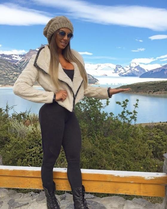 3.fev.2016 - Carol Saraiva faz campanha para grife de moda esportiva nas geleiras da Patagônia, na Argentina