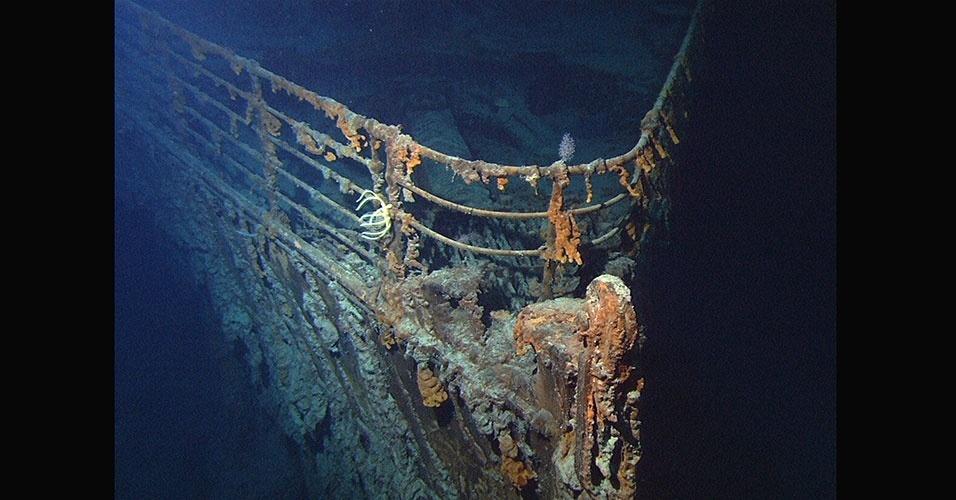 Em uma profundidade de quase 4 km no fundo do mar, o Titanic está separado em duas partes, distantes uma da outra, sendo que a proa (parte da frente) está inclinada para baixo e enterrada na lama do mar e a popa (parte do fundo) está bastante danificada