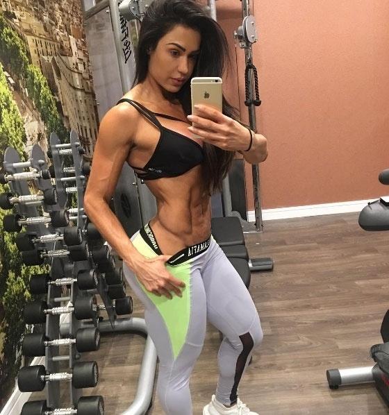 23.set.2016 - Em selfie postada durante o treino, Gracyanne Barbosa exibiu sua barriga pra lá de 'trincada'. Na imagem é possível ver o abdome super sarado da musa fitness