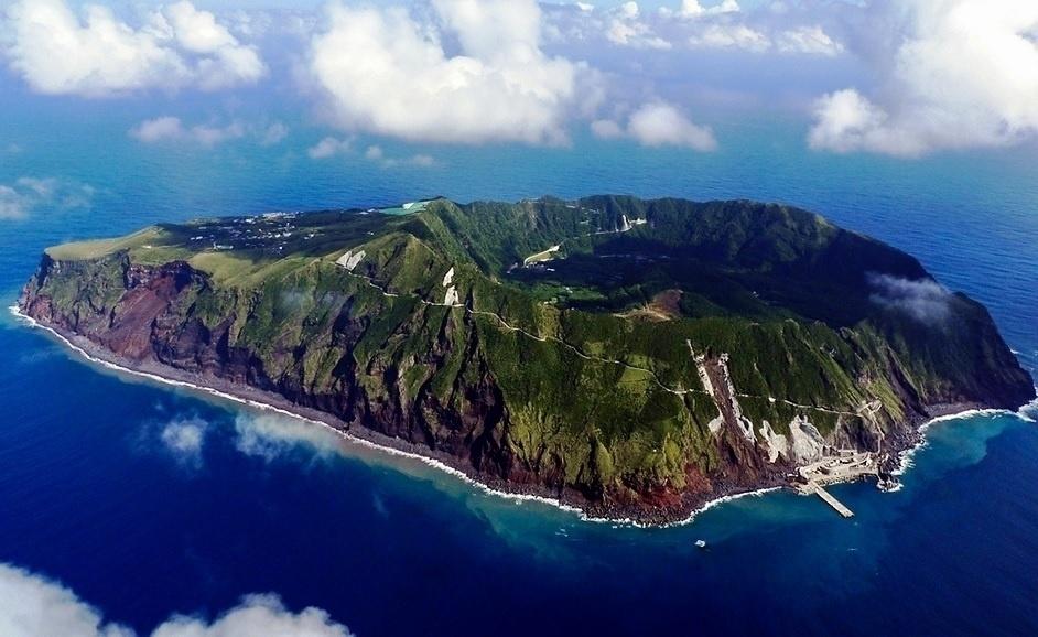 4.dez.2016 - Você já imaginou morar dentro da cratera de um vulcão ativo? Saiba que isso existe. A ilha de Aogashima, situada a 350 km de Tóquio, no Japão, é apontada como a mais isolada da região. Apesar disto, ela é habitada! Estima-se que atualmente, cerca de 200 pessoas residem no perigoso local, que teve sua última erupção em 1780, matando quase toda a população da época. Conheça, nas fotos a seguir, mais sobre a inusitada e fantástica ilha