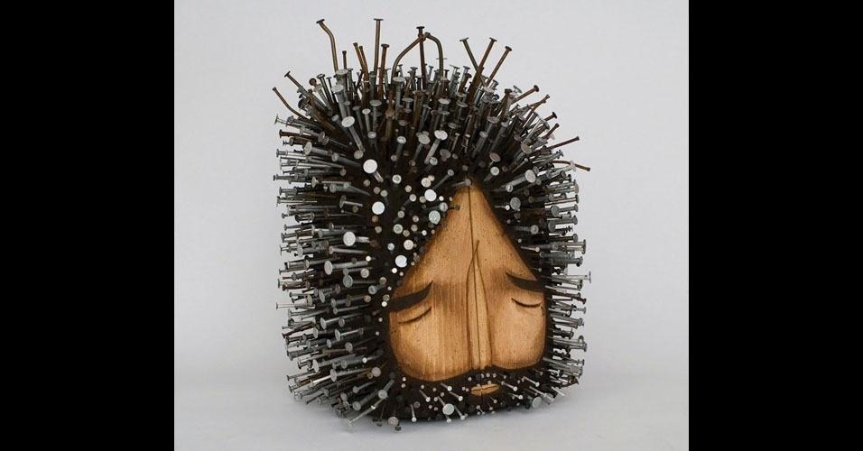 14. Escultura em madeira com pregos, de Jaime Molina