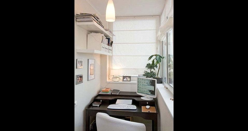 16. Neste escritório coube uma mesa já pronta, em estilo antigo, em cor escura, destacando no ambiente branco composto pelas paredes, prateleiras, esquadrias e poltrona
