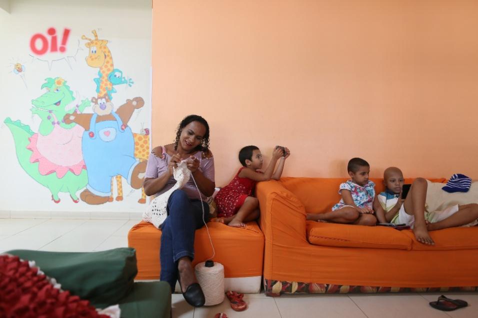 ABRACE. Crianças e mães são companhia umas para as outras