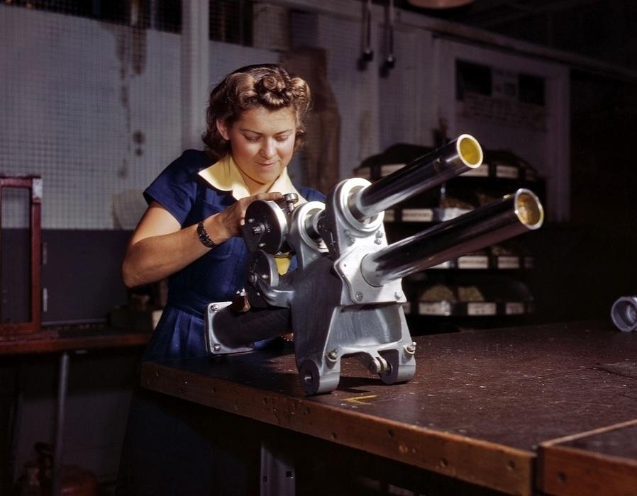 1°.out.2015 - Imagens, feitas há mais de 70 anos, mostram um universo diferente, onde mulheres trabalhavam duro nas linhas de montagem