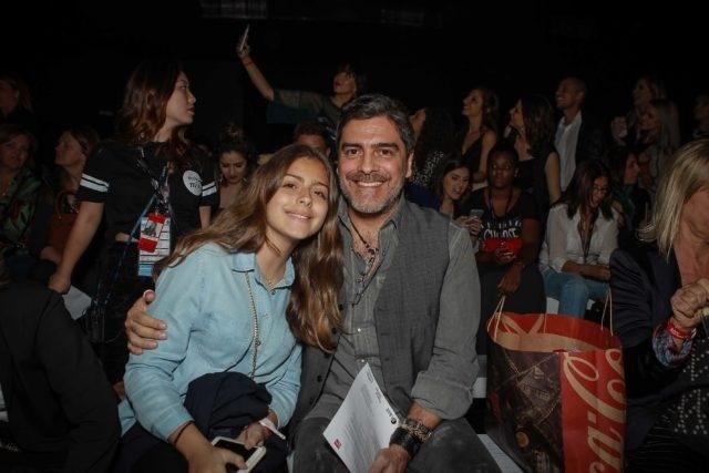 16.out.2016 - Junno Andrade, namorado de Xuxa, também esteve também no evento, com a filha Luana