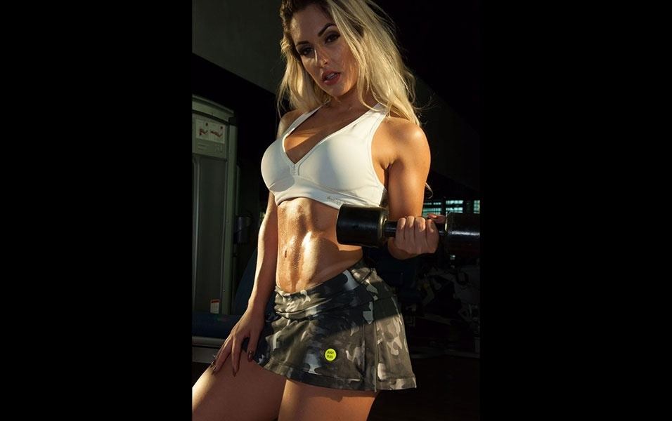 """15.dez.2016 - Um dia após vencer o Musa do Brasil 2016, a modelo Iara Ferreira voltou à rotina de treinos. """"Sou focada. Fiquei um dia longe da academia para a final do concurso e quase enlouqueci. Sou viciada em musculação"""", conta a musa. """"Malhar  pra mim é como fazer sexo: tem que ser todos os dias"""", diz aos risos"""