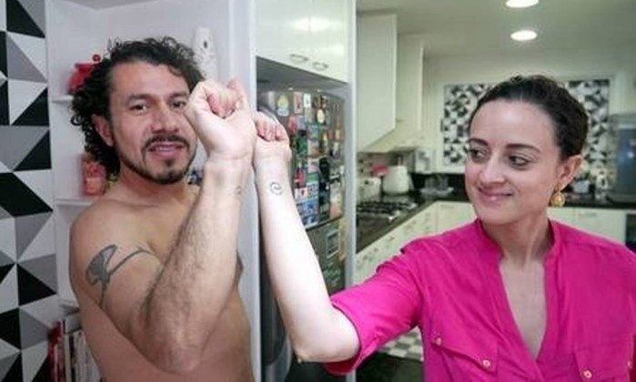 Jan.2017 - O diplomata Rômulo tem uma tatuagem no braço, já a mulher do brother tem uma tattoo discreta no antebraço
