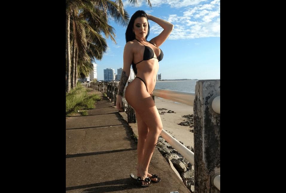 28.jul.2017 - A modelo posou com um biquíni fio-dental nas praias de São Luís (MA)
