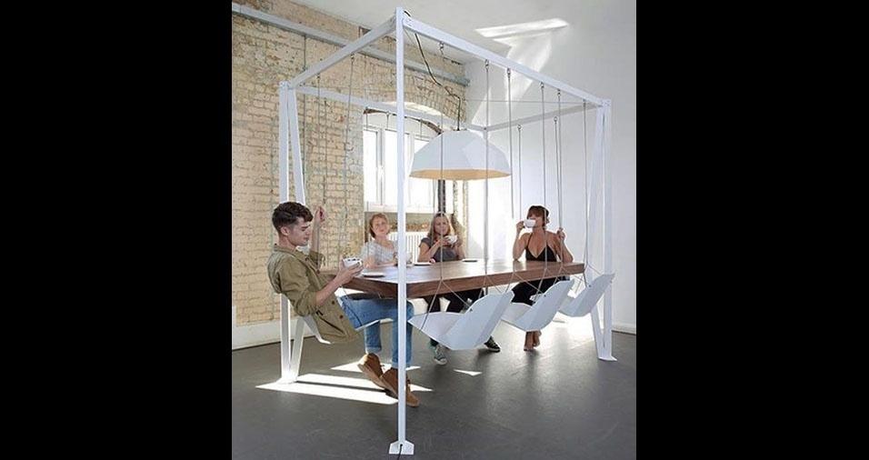 1. Esta mesa com cadeiras de balanço é superbacana