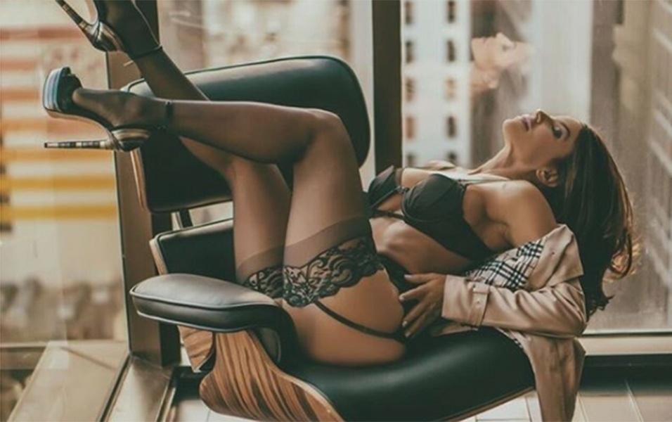17.dez.2017 - Aos 43 anos, Vida Guerra brilhou em mais um ensaio de lingerie. Dessa vez, a gata cubana usou lingeries pretas de renda, e posou em um escritório