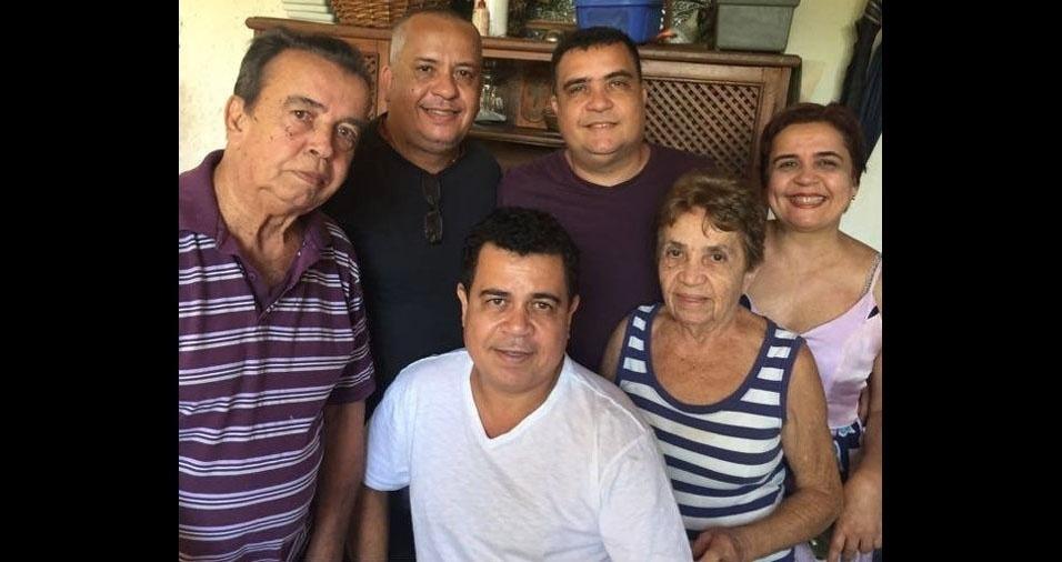 Dona Marisanta Lopes Coelho, que completou 83 anos de idade, acompanhada do marido João Castelo e dos filhos João Anibal, Marlon, Michel e Patrícia. A família mora em Rio Branco (AC)